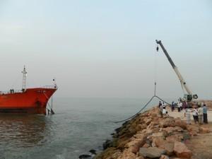 ماقبل الكارثة تفريغ 800 طن من شحنة المازوت - 1