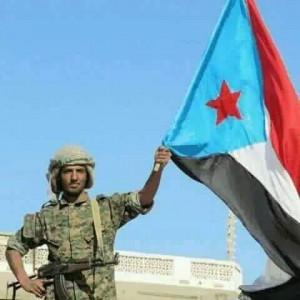 الجنوب جندي اماراتي يرفع علم الجنوب
