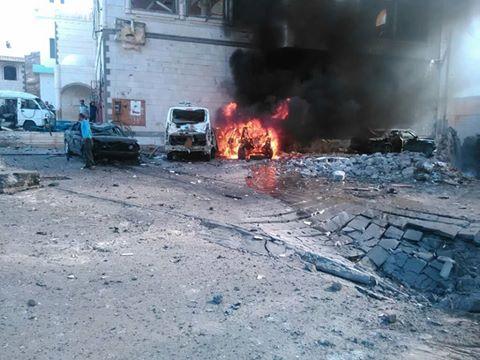 صورة اثار التفجير الارهابي الذي استهدف مدخل القصر الرئاسي بمعاشيق حيث يقيم الرئيس هادي وبحاح