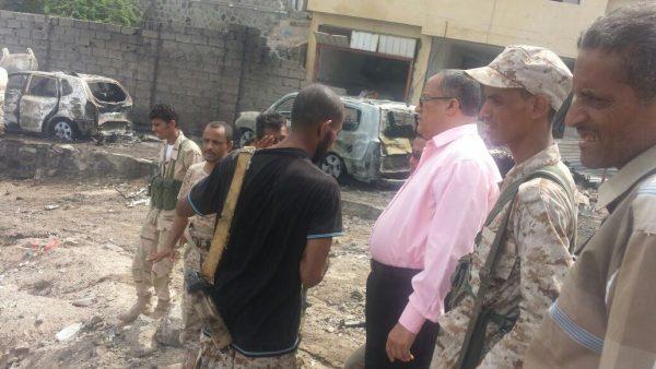 محافظ لحج اثناء زيارته لموقع التفجير بمدير منزل مدير امن عدن