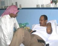 صورة من أرشيف رويترز لشرطي سعودي يتلقى العلاج في مستشفى بعدما هاجم رجل شركة غربية في مدينة ينبع.