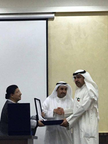 صورة لرئيس رابطة الاداباء الكويتيين مع رئيس جمعية الضباط المتقاعدين يكرمون الشليمي