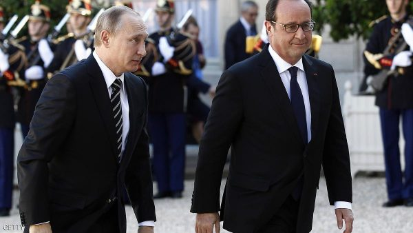 PARIS, FRANCE - OCTOBER 02:  French President Francois Hollande welcomes Russian President, Vladimir Putin prior to their meeting at the Elysee Presidential Palace on October 02, 2015 in Paris, France. The leaders of France, Germany, Russia and Ukraine meet in Paris to consolidate a fragile peace in Ukraine, as a conflict that appears to be winding down is overshadowed by President Vladimir Putin's dramatic intervention in Syria's war.  (Photo by Thierry Chesnot/Getty Images)