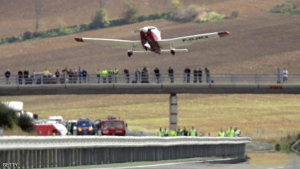 Nailloux, FRANCE:  A Piper PA28 takes off from a freeway, 13 November 2006 in Nailloux, after a fuel problem forced yesterday the small plane with four people on board to make an emergency landing on this freeway near the southwest city of Toulouse. The aircraft set down without any harm to the passengers or to motorists. AFP PHOTO LIONEL BONAVENTURE  (Photo credit should read LIONEL BONAVENTURE/AFP/Getty Images)