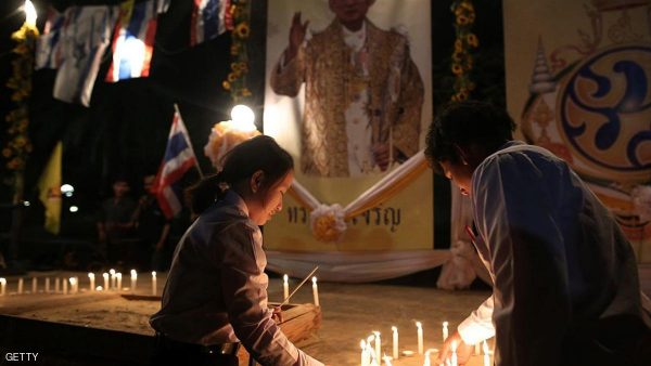 Foreign workers from Thailand light candles as they pay respect to their late King Buumibol Adulyadej on October 15, 2016 in the during a ceremony in the southern Israeli Moshav Hatzeva an agricultural village in the southern Israeli Arabah desert where some 500 Thai workers live.    Bhumibol, the world's longest-reigning monarch, passed away aged 88 on October 13, 2016 after years of ill health, removing a stabilising father figure from a country where political tensions remain two years after a military coup. / AFP / MENAHEM KAHANA        (Photo credit should read MENAHEM KAHANA/AFP/Getty Images)