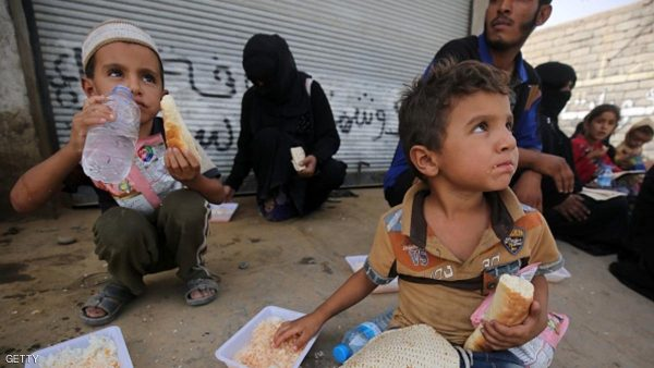 Iraqi families who fled the town of Hawija eat food as they take refuge in the nearby town of Sharqat, around 80 kilometres (50 miles) south of the city of Mosul, on September 23, 2016, the day after government forces recaptured the northern town from the Islamic State (IS) group. Security forces began the operation on September 20, 2016 to oust the Islamic State group from Sharqat, a town near supply lines needed for the battle to retake second city Mosul from the jihadists.  / AFP / AHMAD AL-RUBAYE        (Photo credit should read AHMAD AL-RUBAYE/AFP/Getty Images)
